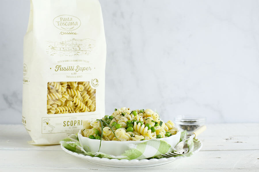 Fusilli with cream of pecorino cheese, peas and pepper