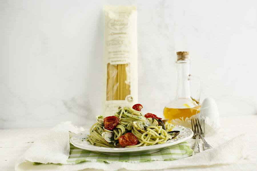 Spaghetti con vongole, cime di rapa e pomodorini confit