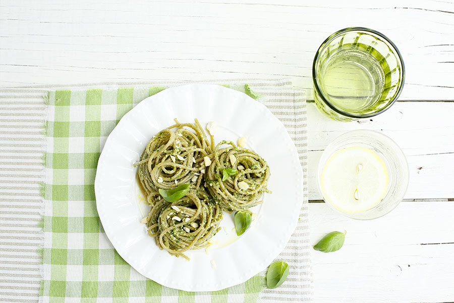 Spaghetti with cashew nuts and basil pesto