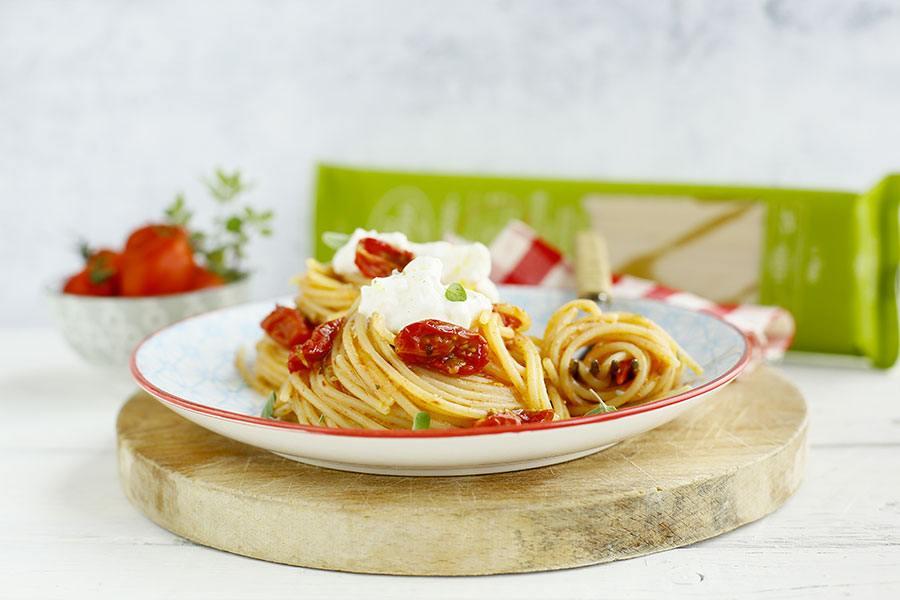 Spaghetti con pomodorini confit, burrata e maggiorana
